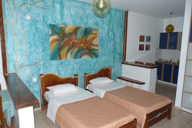 Room 8 twin beds